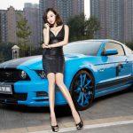 Ngắm chân dài khoe vòng 1 căng tròn bên Ford Mustang GT